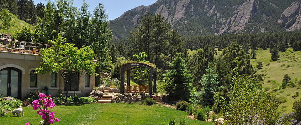 Award winning luxury mountain garden design waterfalls in the garden rock art sculptures by for Jardin 00 garden